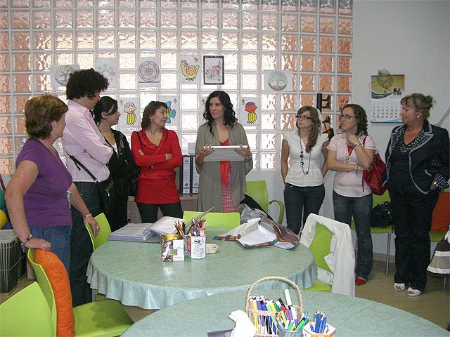 La cantante Diana Navarro visita la sede de la Asociación de Alzheimer de Puerto Lumbreras - 1, Foto 1