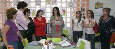 La cantante Diana Navarro visita la sede de la Asociación de Alzheimer de Puerto Lumbreras