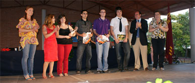Los alumnos de ciclos formativos e iniciación profesional reciben las orlas fin de curso en el IES 'Rambla de Nogalte'
