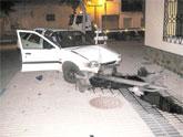 Dos ladrones terminan estrellándose con un coche robado junto a la Iglesia de la Asunción tras una persecución con la Policía Local