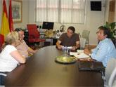 Rafael Gómez mantiene reuniones con los grupos que instalan un Huerto en el Malecón en la Feria