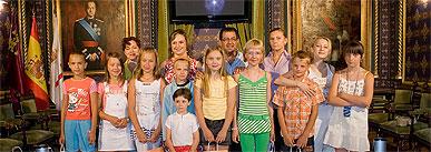 El alcalde recibe a los niños y niñas bielorrusos que veranean en Mazarr�n