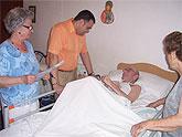 El alcalde realiza visitas a las personas mayores impedidas de la localidad