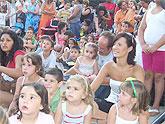 Numerosos niños y niñas se divierten con las actividades infantiles y los títeres y marionetas