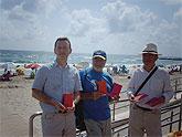 Se reparten libros gratuitos en la playa Galúa de La Manga