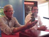 Antonio Campillo firma el regalo que se entregará junto al programa de la Feria de Septiembre