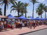 Demostración de ensogamiento de sillas huertanas en el mercado artesanal de Santiago de la Ribera