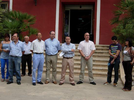 Concentración silenciosa en la puerta del Ayuntamiento por el asesinato del brigada Luís Conde, Foto 1