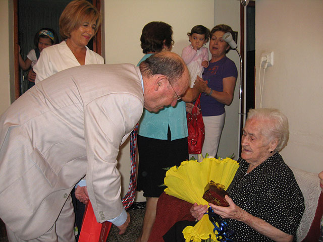 La alhameña Mª Mercedes Hernández celebra su 101 cumpleaños acompañada por el alcalde, Juan Romero Cánovas y la edil de Mayores, Soledad Tudela, Foto 1