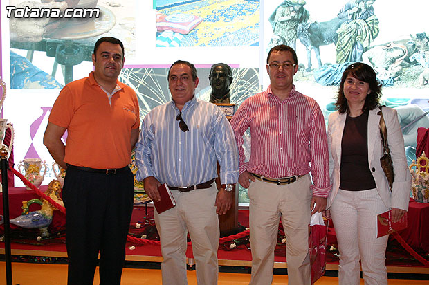 City officials visiting artisans from Totana exhibitors participating in the Craft Fair XXV of the Region of Murcia (Feramur ), Foto 1