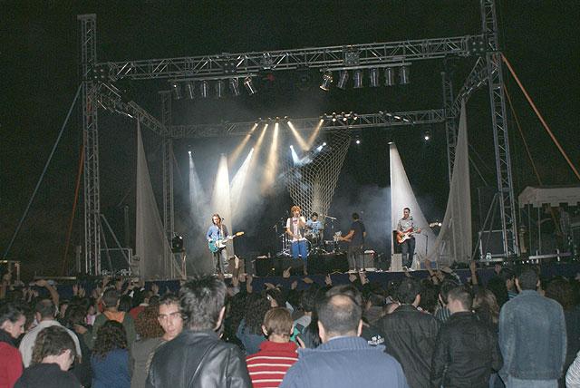 Jóvenes lumbrerenses disfrutaron con la actuación de Melocos en la zona de los chiringuitos - 1, Foto 1