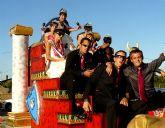 El desfile de carrozas puso el toque de humor y color a las fiestas de El Mirador que se despiden hoy