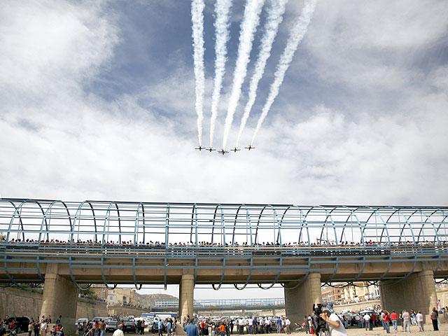 Espectacular exhibición de piruetas aéreas a cargo de la Patrulla Águila en Puerto Lumbreras - 1, Foto 1