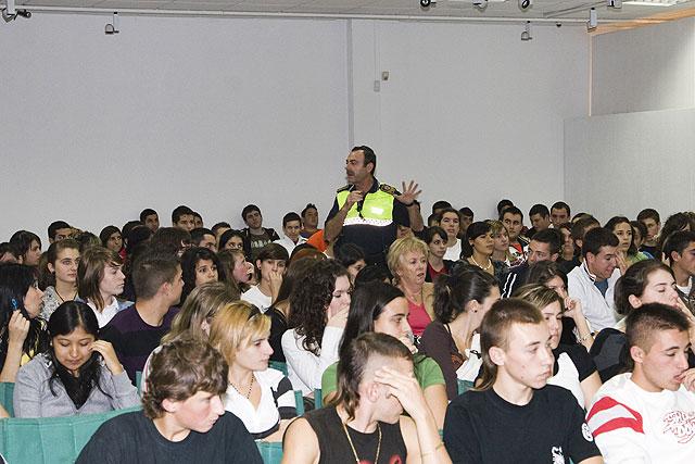 FAMDIF orienta a los jóvenes mazarroneros para respetar las normas de seguridad vial - 1, Foto 1