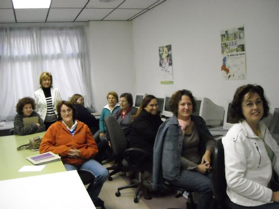 Varias mujeres aprenden informática en el curso ofertado por el Ayuntamiento - 1, Foto 1