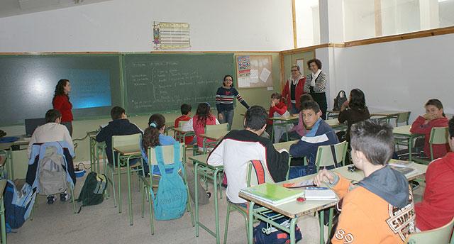 Alrededor de 600 alumnos reciben charlas informativas para combatir la no asistencia a clase de manera injustificada - 1, Foto 1