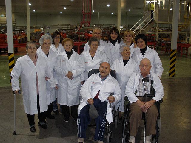 Los usuarios del servicio de estancias diurnas para alzheimer de Totana realizan una visita a la sociedad de transformación agrícola MOYCA de la localidad, Foto 1