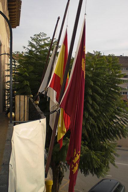 Luto oficial y banderas a media asta en el ayuntamiento de Totana por los militares fallecidos en el atentado de Afganistán, Foto 2