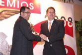 Francisco Blaya entrega el premio a la actividad empresarial a Pedro Guillermo