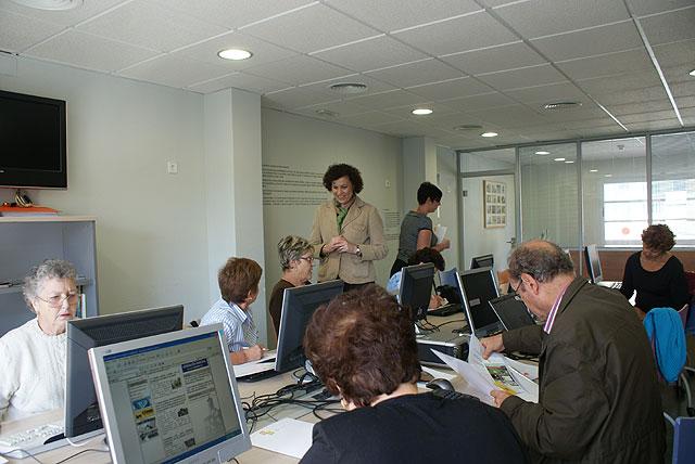 Mayores y Mujeres lumbrerenses acceden a las Tecnologías de la Información y Comunicación a través de los cursos organizados en colaboración de Nuevas Tecnologías - 1, Foto 1