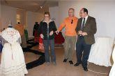 El alcalde inaugura la exposición 'Indumentaria Tradicional Antigua' en el Centro Cultural
