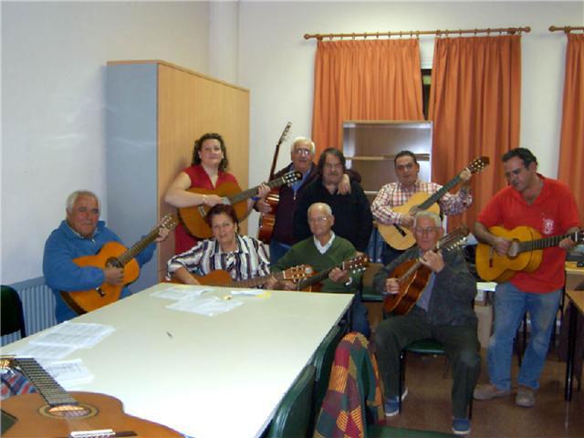 Comienza el curso de guitarra, que se imparte en el Centro Municipal de Personas Mayores, con la participación de una veintena de socios, Foto 1