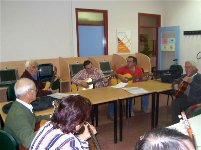 Comienza el curso de guitarra, que se imparte en el Centro Municipal de Personas Mayores, con la participación de una veintena de socios, Foto 2