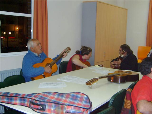 Comienza el curso de guitarra, que se imparte en el Centro Municipal de Personas Mayores, con la participación de una veintena de socios, Foto 3