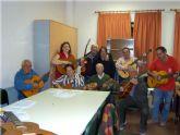 Comienza el curso de guitarra, que se imparte en el Centro Municipal de Personas Mayores, con la participación de una veintena de socios