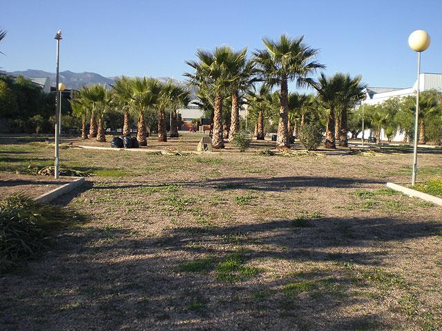 """Realizan un plan de choque de acondicionamiento y limpieza en los parques y jardines del Polígono Industrial """"El Saladar"""", Foto 2"""