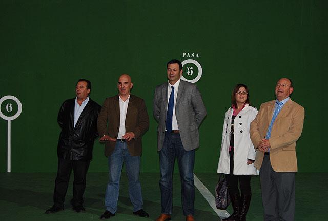 El Alcalde de la localidad acompañado por el Director General de Deportes, Antonio Peñalver, han visitado la pista de frontón del polideportivo 'El Praico' recientemente restaurada, Foto 4