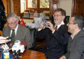 El Premio Nobel de Física George F. Smoot firma en el libro de honor de la Universidad de Murcia