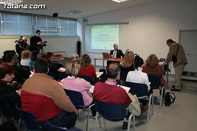 """Más de 40 personas participan en la jornada sobre """"El certificado digital y factura electrónica"""", Foto 1"""