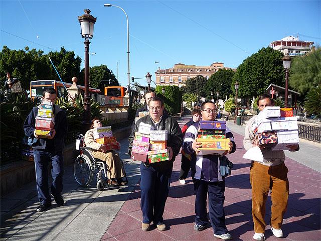 """Los alumnos del Centro Ocupacional """"José Moyá"""" participan en la campaña """"Un regalo lleno de navidad"""", Foto 1"""