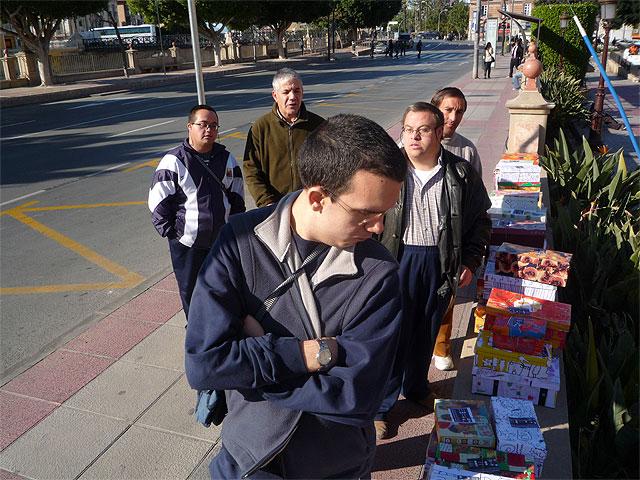 """Los alumnos del Centro Ocupacional """"José Moyá"""" participan en la campaña """"Un regalo lleno de navidad"""", Foto 2"""
