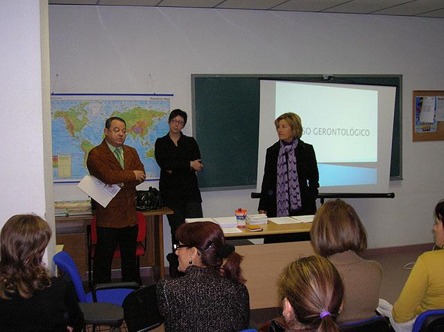 El Ayuntamiento pone en marcha un curso de Formación Gerontológica, Foto 1