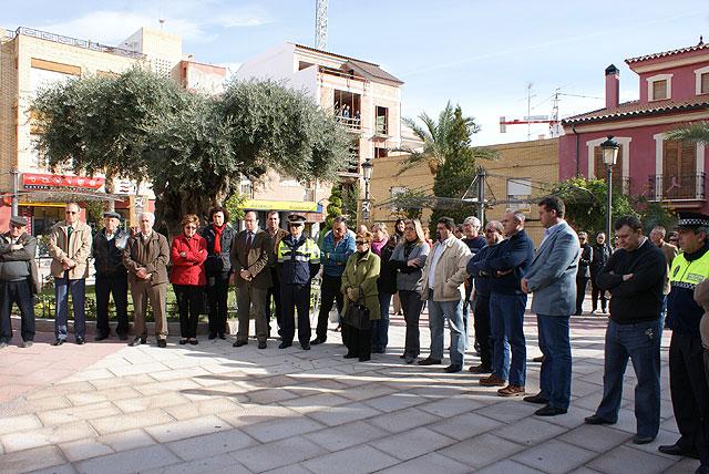"""Vecinos y miembros del equipo de Gobierno local de Puerto Lumbreras se concentran en """"La Placeta"""" en repulsa del atentado de ETA - 1, Foto 1"""