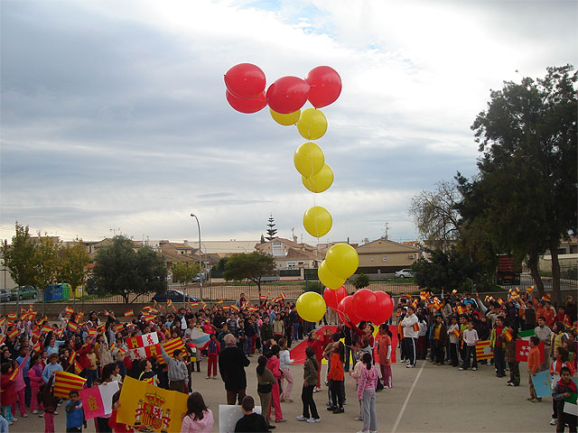 """Los alumnos del colegio """"Joaquín Carrión"""" lanzan al cielo una enorme bandera de España para celebrar el aniversario de la Constitución - 1, Foto 1"""