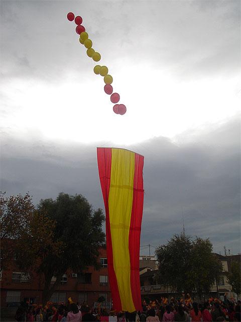 """Los alumnos del colegio """"Joaquín Carrión"""" lanzan al cielo una enorme bandera de España para celebrar el aniversario de la Constitución - 2, Foto 2"""