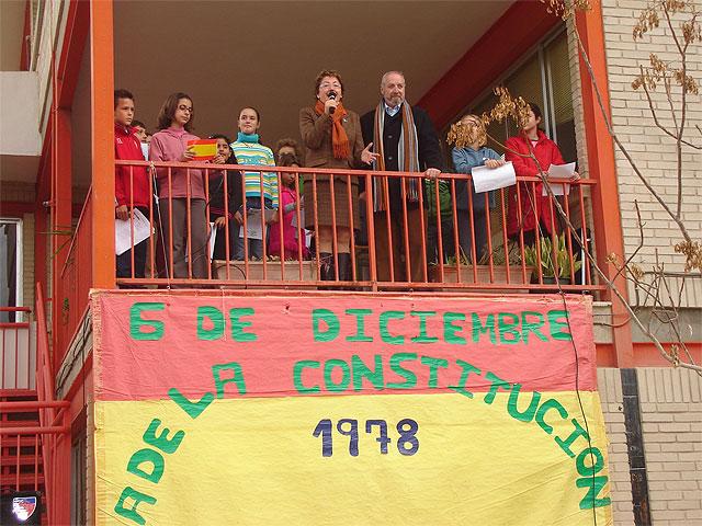 """Los alumnos del colegio """"Joaquín Carrión"""" lanzan al cielo una enorme bandera de España para celebrar el aniversario de la Constitución - 3, Foto 3"""