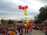 """Los alumnos del colegio """"Joaquín Carrión"""" lanzan al cielo una enorme bandera de España para celebrar el aniversario de la Constitución"""