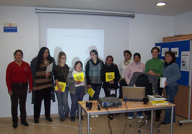 """El """"Taller de igualdad de oportunidades"""", cont� con la participaci�n de una decena de personas de diferentes nacionalidades, Foto 1"""