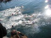 Medio centenar de nadadores participan en la Travesía a Nado de Navidad