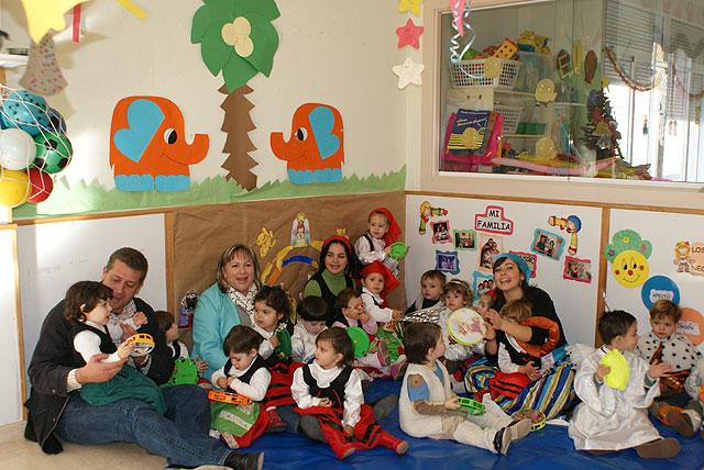 Los niños y niñas de la guardería municipal de Puerto Lumbreras celebran su particular fiesta de Navidad - 1, Foto 1