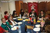 """Autoridades municipales comparten una cena navideña con las usuarias de la """"Asociación de Amas de Casa, Consumidores y Usuarios de de las Tres Avemarías"""""""