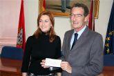 Alzheimur recibe una donación del Ayuntamiento de Alcantarilla: lo recaudado en el concierto musical de Luis Eduardo Aute