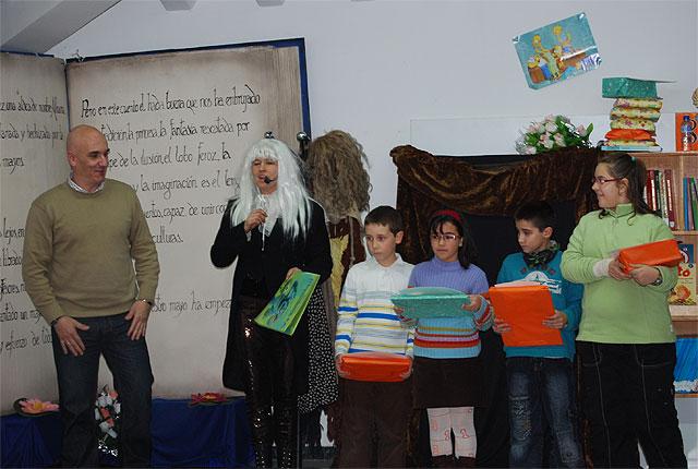 Varios niños y niñas de la localidad reciben los premios lectores 2008, Foto 1