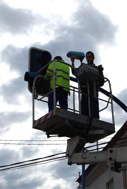 Bombillas de muy bajo consumo energético sustituyen a las viejas de los semáforos del municipio, Foto 2
