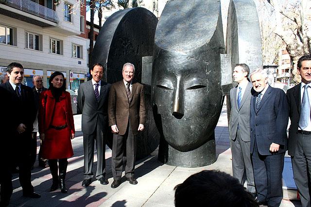La escultura de Manolo Valdés se asoma a las calles de Murcia - 1, Foto 1