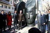 La escultura de Manolo Valdés se asoma a las calles de Murcia
